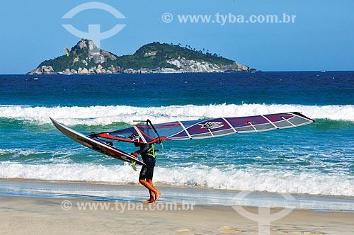 Praticante de windsurf na Praia de Ipanema com o Monumento Natural das Ilhas Cagarras ao fundo  - Rio de Janeiro - Rio de Janeiro (RJ) - Brasil