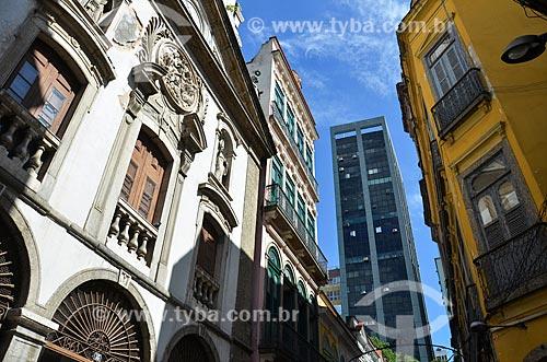 Fachada da Igreja de Nossa Senhora da Lapa dos Mercadores (1766) com prédios ao fundo  - Rio de Janeiro - Rio de Janeiro (RJ) - Brasil