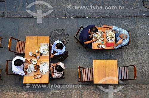 Mesas de restaurante na calçada da Rua do Rosário  - Rio de Janeiro - Rio de Janeiro (RJ) - Brasil