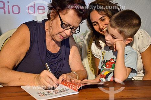 Escritora Ana Maria Machado autografando livro na Festa Literária de Santa Teresa (FLIST)  - Rio de Janeiro - Rio de Janeiro (RJ) - Brasil
