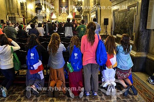 Peregrinos na Igreja de Nossa Senhora da Candelária durante a Jornada Mundial da Juventude (JMJ)  - Rio de Janeiro - Rio de Janeiro (RJ) - Brasil
