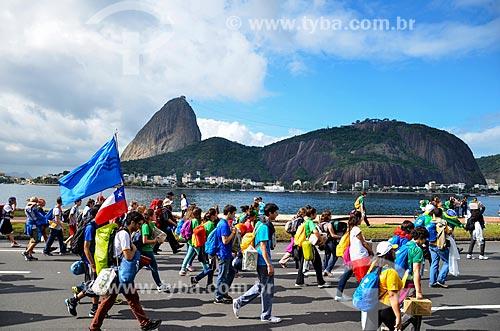 Peregrinos andando no Aterro do Flamengo durante a Jornada Mundial da Juventude (JMJ) com o Pão de Açúcar ao fundo  - Rio de Janeiro - Rio de Janeiro (RJ) - Brasil