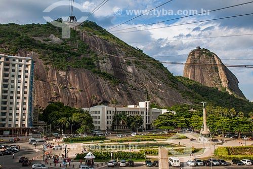 Monumento aos Heróis da Batalha de Laguna e Dourados com o bondinho do Pão de Açúcar fazendo a travessia entre o Morro da Urca e o Pão de Açúcar  - Rio de Janeiro - Rio de Janeiro (RJ) - Brasil