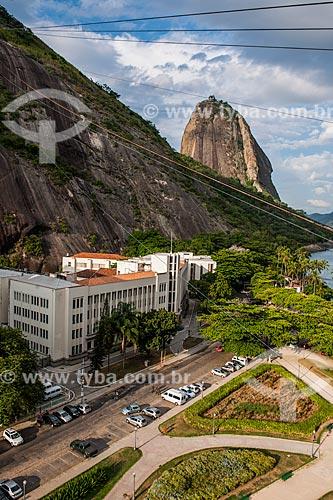 Vista de cima da Escola de Comando e Estado-Maior do Exército (ECEME) com o bondinho do Pão de Açúcar fazendo a travessia entre o Morro da Urca e o Pão de Açúcar  - Rio de Janeiro - Rio de Janeiro (RJ) - Brasil
