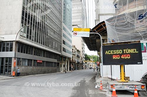 Painel de mensagens variáveis indicando o Túnel Rio450 na Rua Primeiro de Março  - Rio de Janeiro - Rio de Janeiro (RJ) - Brasil