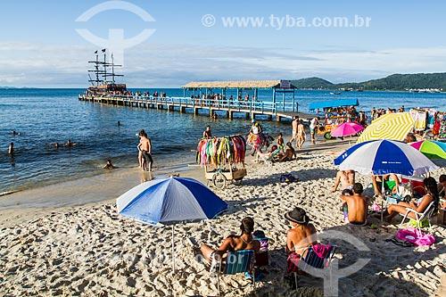 Banhistas na Praia de Canasvieiras com o píer ao fundo  - Florianópolis - Santa Catarina (SC) - Brasil