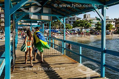 Banhistas no píer da Praia de Canasvieiras  - Florianópolis - Santa Catarina (SC) - Brasil