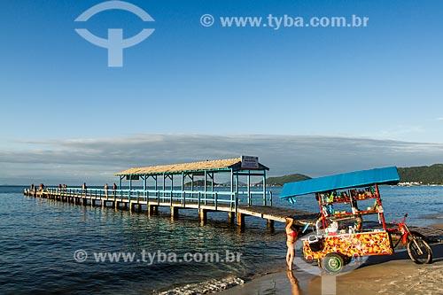 Comércio ambulante na Praia de Canasvieiras com o píer ao fundo  - Florianópolis - Santa Catarina (SC) - Brasil