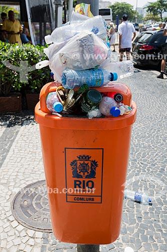 Detalhe de lata de lixo cheia  - Rio de Janeiro - Rio de Janeiro (RJ) - Brasil
