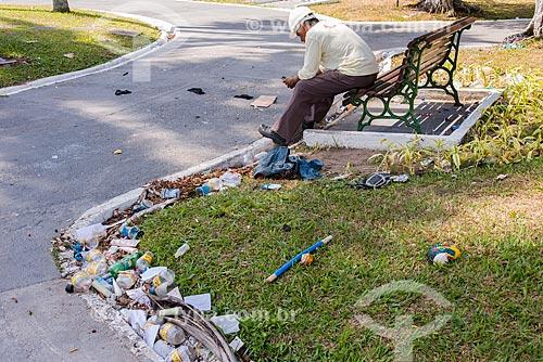 Lixo jogado na Praça Felipe Patroni - centro histórico  - Belém - Pará (PA) - Brasil