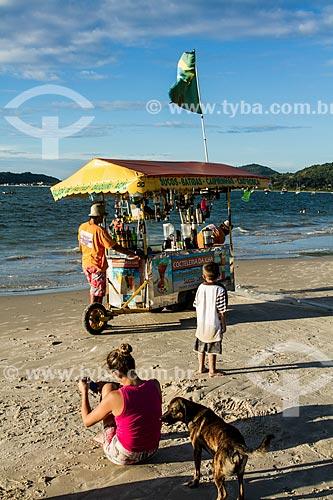 Vendedor ambulante na Praia da Cachoeira do Bom Jesus  - Florianópolis - Santa Catarina (SC) - Brasil