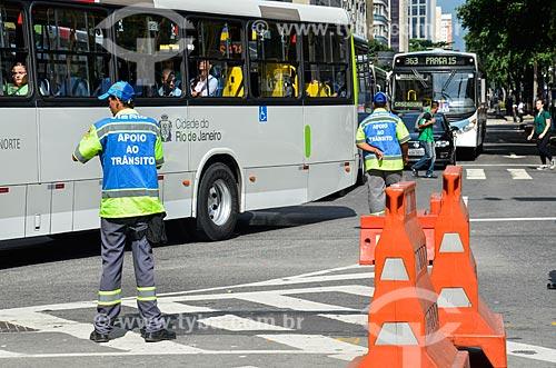 Funcionário da Prefeitura organizando trânsito na Avenida Rio Branco  - Rio de Janeiro - Rio de Janeiro (RJ) - Brasil