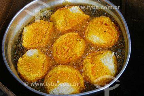 Detalhe do acarajé sendo frito  - Salvador - Bahia (BA) - Brasil