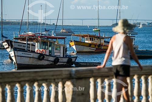 Mulher caminhando na ponte da Avenida Portugal com barcos e a Ponte Rio-Niterói ao fundo  - Rio de Janeiro - Rio de Janeiro (RJ) - Brasil