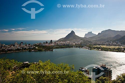 Vista do Lagoa Rodrigo de Freitas com o Morro Dois Irmãos e a Pedra da Gávea ao fundo a partir do mirante do Parque Natural Municipal da Catacumba  - Rio de Janeiro - Rio de Janeiro (RJ) - Brasil