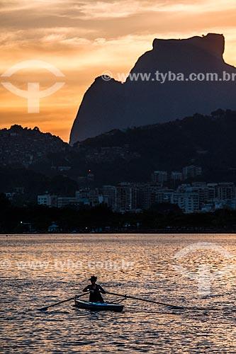 Vista do pôr do sol na Lagoa Rodrigo de Freitas com a Pedra da Gávea ao fundo  - Rio de Janeiro - Rio de Janeiro (RJ) - Brasil