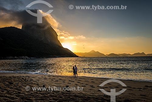 Casal na Praia Vermelha durante o nascer do sol  - Rio de Janeiro - Rio de Janeiro (RJ) - Brasil