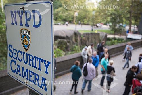 Placa indicando o monitoramento por câmera de segurança no Central Park  - Cidade de Nova Iorque - Nova Iorque - Estados Unidos