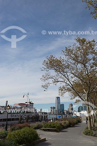 Orla do Rio Hudson no Battery Park com o Statue Cruises - barcos que fazem a travessia para a Estátua da Liberdade - à esquerda  - Cidade de Nova Iorque - Nova Iorque - Estados Unidos
