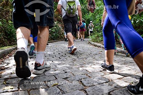 Turistas na trilha da Área de Proteção Ambiental do Morro do Leme  - Rio de Janeiro - Rio de Janeiro (RJ) - Brasil