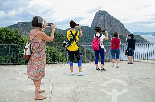 Turistas fotografando o Pão de Açúcar a partir do mirante do Forte Duque de Caxias - também conhecido como Forte do Leme  - Rio de Janeiro - Rio de Janeiro (RJ) - Brasil