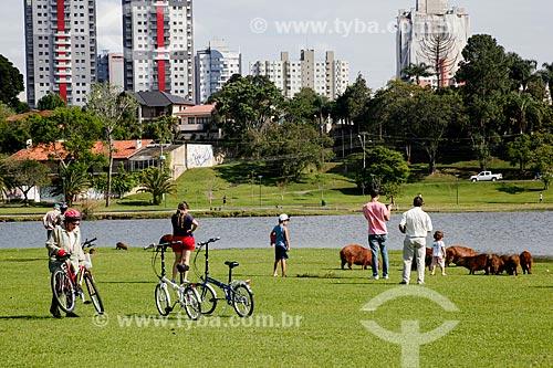 Turistas observando Capivaras (Hydrochoerus hydrochaeris) no Parque Barigui  - Curitiba - Paraná (PR) - Brasil