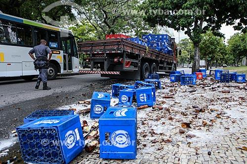 Caixas de cerveja caídas no chão  - Rio de Janeiro - Rio de Janeiro (RJ) - Brasil