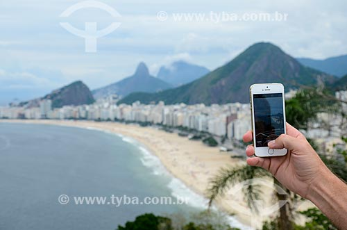 Turista fotografando as praias do Leme e Copacabana a partir do mirante do Forte Duque de Caxias  - Rio de Janeiro - Rio de Janeiro (RJ) - Brasil