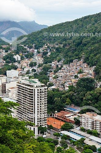 Prédio no bairro do leme com casas no Morro Chapéu Mangueira ao fundo  - Rio de Janeiro - Rio de Janeiro (RJ) - Brasil