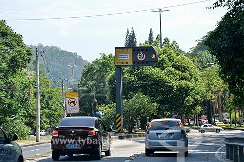 Radar para fiscalização eletrônica de velocidade na Avenida Menezes Cortes - também conhecida como Estrada Grajaú-Jacarepaguá  - Rio de Janeiro - Rio de Janeiro (RJ) - Brasil