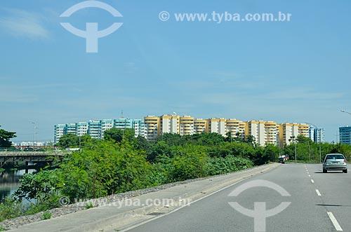 Vista do Condomínio Residencial Vila Pan-Americana a partir da Avenida Ayrton Senna  - Rio de Janeiro - Rio de Janeiro (RJ) - Brasil