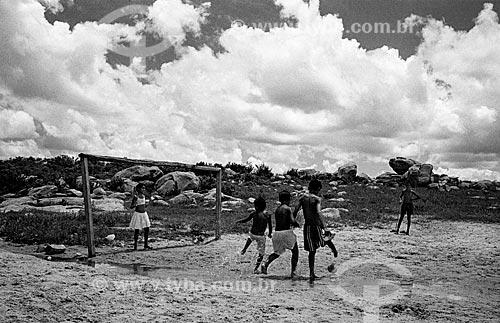 Crianças jogando futebol no interior do estado do Rio Grande do Norte  - Rio Grande do Norte (RN) - Brasil
