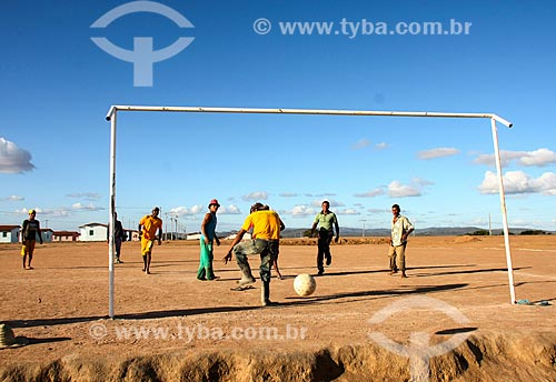Homens jogando futebol na cidade de Milagres  - Milagres - Bahia (BA) - Brasil