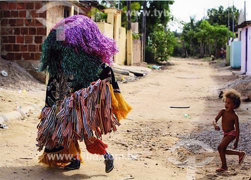 Criança e caboclo de lança durante o Maracatu Rural - também conhecido como Maracatu de Baque Solto  - Goiana - Pernambuco (PE) - Brasil