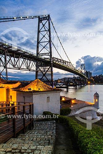 Forte de SantAna do Estreito (1763) com a Ponte Hercílio Luz (1926) durante o entardecer  - Florianópolis - Santa Catarina (SC) - Brasil