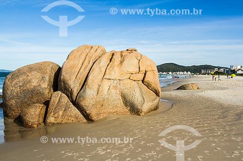 Rochedo na orla da Praia de Palmas  - Governador Celso Ramos - Santa Catarina (SC) - Brasil
