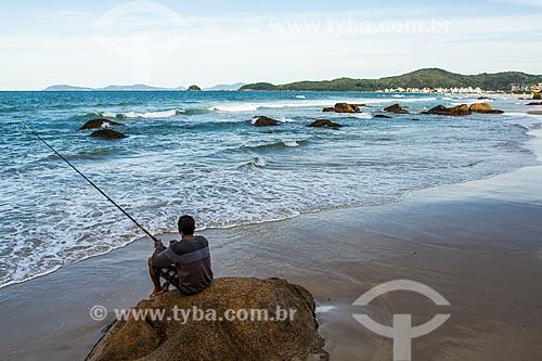 Pescador na orla da Praia de Palmas  - Governador Celso Ramos - Santa Catarina (SC) - Brasil