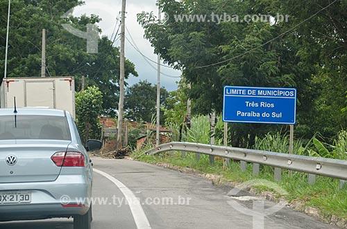 Placa indicando a divisa entre as cidades de Três Rios e Paraíba do Sul na Rodovia BR-393  - Três Rios - Rio de Janeiro (RJ) - Brasil