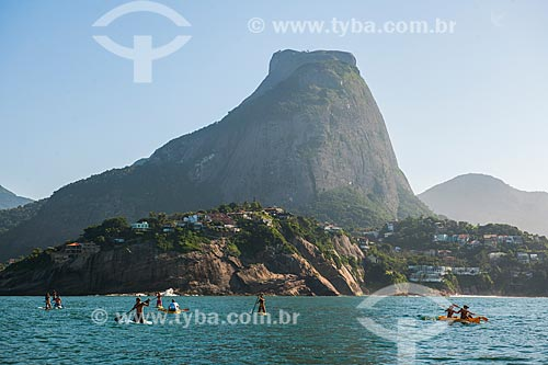 Praticantes de Stand up paddle e canoagem próximo às Ilhas Tijucas com a Pedra da Gávea ao fundo  - Rio de Janeiro - Rio de Janeiro (RJ) - Brasil
