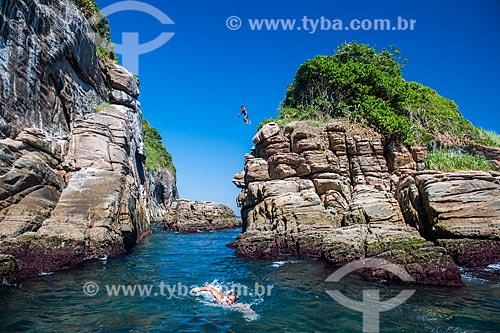 Jovens pulando no mar a partir do costão das Ilhas Tijucas  - Rio de Janeiro - Rio de Janeiro (RJ) - Brasil