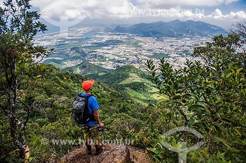 Homem fotografando a vista da zona oeste a partir do Mirante da Serrilha do Papagaio  - Rio de Janeiro - Rio de Janeiro (RJ) - Brasil