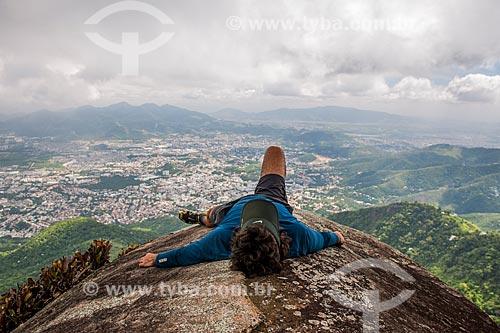 Homem deitado na Pedra do Urubu  - Rio de Janeiro - Rio de Janeiro (RJ) - Brasil