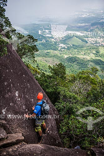 Homem escalando o Bico do Papagaio no Parque Nacional da Tijuca  - Rio de Janeiro - Rio de Janeiro (RJ) - Brasil