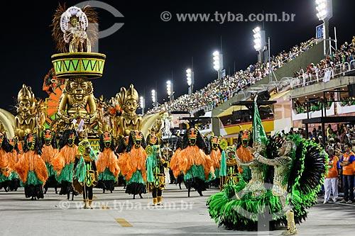 Desfile do Grêmio Recreativo Escola de Samba Acadêmicos do Cubango - Casal de Mestre-sala e Porta-Bandeira com carro alegórico  - Rio de Janeiro - Rio de Janeiro (RJ) - Brasil