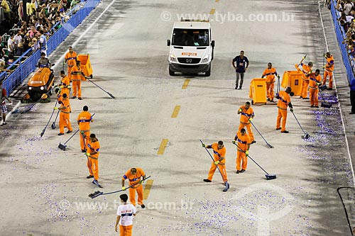 Garis varrendo o Sambódromo da Marquês de Sapucaí após o desfile do Grêmio Recreativo Escola de Samba Renascer de Jacarepaguá  - Rio de Janeiro - Rio de Janeiro (RJ) - Brasil