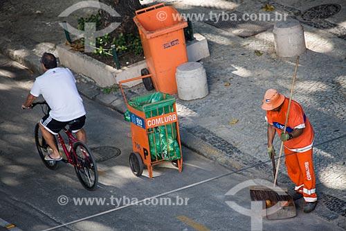 Gari varrendo a Rua Francisco Otaviano  - Rio de Janeiro - Rio de Janeiro (RJ) - Brasil