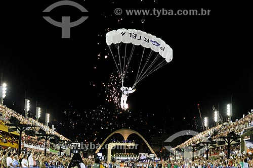 Paraquedista aterrisando durante o desfile do Grêmio Recreativo Escola de Samba Portela  - Rio de Janeiro - Rio de Janeiro (RJ) - Brasil