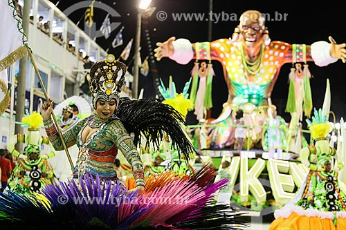 Desfile do Grêmio Recreativo Escola de Samba Imperatriz Leopoldinense - Porta-Bandeira com carro alegórico ao fundo  - Rio de Janeiro - Rio de Janeiro (RJ) - Brasil