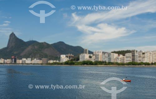 Homem praticando canoagem na Baía de Guanabara - Cristo Redentor e praia de Botafogo ao fundo  - Rio de Janeiro - Rio de Janeiro (RJ) - Brasil