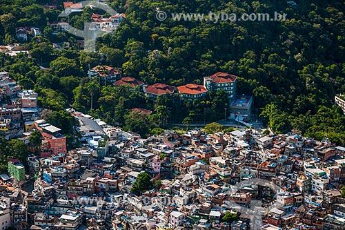 Casas da favela da Rocinha com a Escola Americana do Rio de Janeiro vistas a partir da trilha do Morro Dois Irmãos  - Rio de Janeiro - Rio de Janeiro (RJ) - Brasil